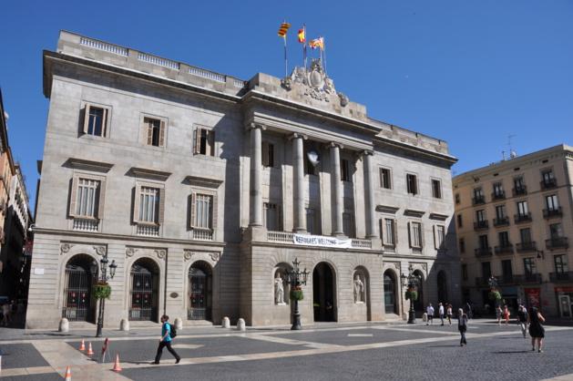 Sur la façade de la mairie de Barcelone, une discrète banderole « refugees welcome ». Crédit Josep Bracons