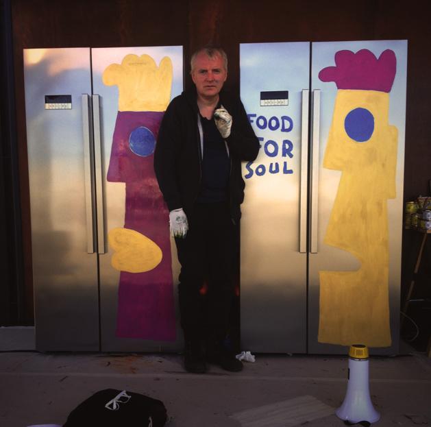 Thierry Noir à l'occasion de la peinte de frigos en partenariat avec Grunding Les frigos peints sont ensuite mis en enchère, les fonds récoltés sont distribués à la fondation « Food for Soul » - Crédit Chloé Marchal