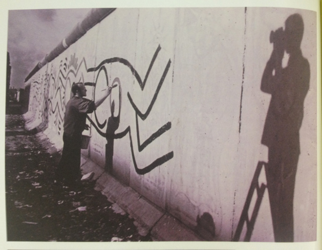 Image d'archive : Thierry Noir, peignant le Mur de Berlin en 1984 -  Photo issue du Livre B-Movie Lust & Sound, de Mark Reeder, Berlin 2015