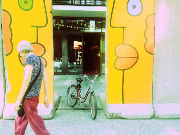 Fragments de murs laissés en expositions dans une des rues parallèles de la Potsdamer Platz - Crédit Chloé Marchal