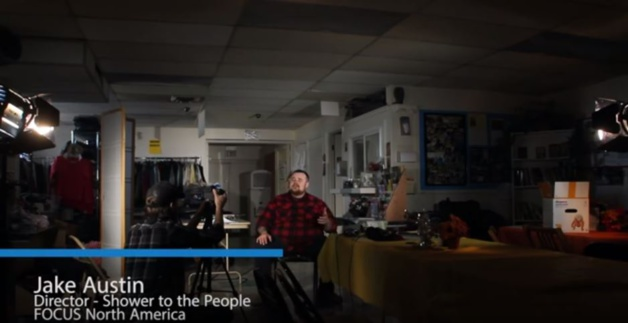 Jake Austin dans la vidéo de présentation de « Shower to the people ». Capture YouTube.