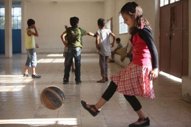 Des enfants Syriens jouant dans un centre d'accueil