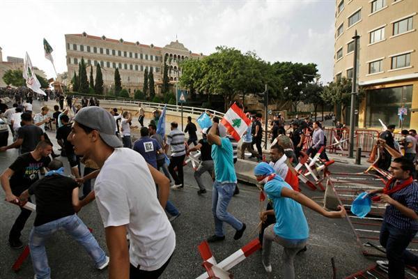 Des discours virulents des alliés de Hariri poussent pas moins de 200 jeunes manifestants à se ruer sur le sérail, siège du gouvernement. (The Daily Star, Mahmoud Kheir)