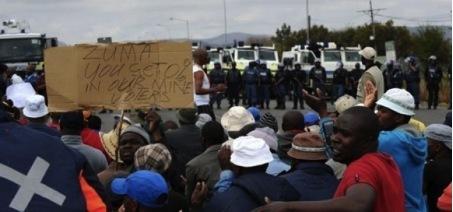 Des mineurs de Rustenberg font face à la police anti-émeute le 16 septembre 2012 © AFP-Alexander Joe