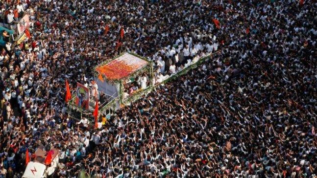 À Mumbai, la foule a porté son leader à la crémation (source: BBC)