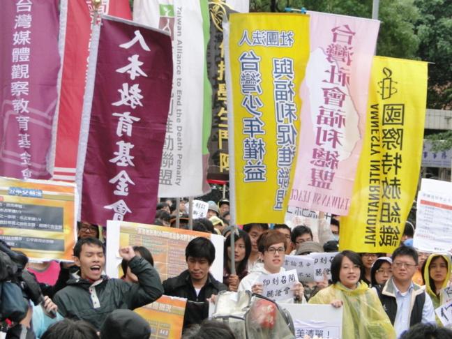 31 décembre 2012, environ 200 personnes rassemblées pour défendre l'indépendance de la presse / Klaus Bardenhagen, taiwanreporter.com