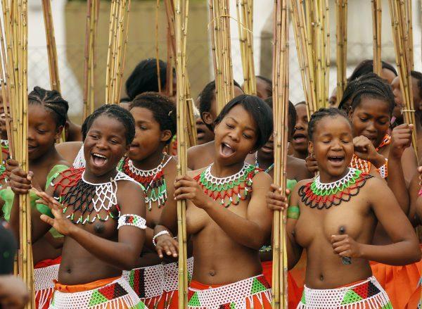 Célébré chaque année, la Fête des Roseaux rassemble entre 30.000 et 80.000 filles vierges
