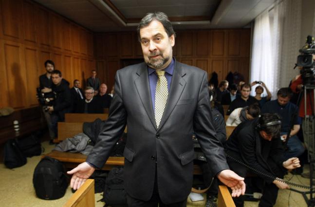 Radek John, ancien ministre de l´Intérieur, retourne à son métier d'origine, le journalisme d'investigation, mais sans abandonner son mandat parlementaire