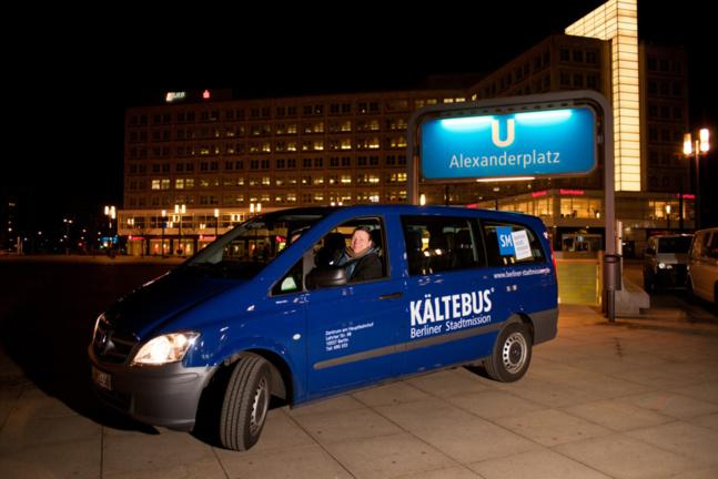 Kältebus devant l'arrêt de U Bahn de l'Alexanderplatz, en plein centre de la ville / betterplace.org