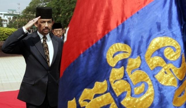 Le Sultan Hassanal Bolkiah saluant le drapeau du Brunei