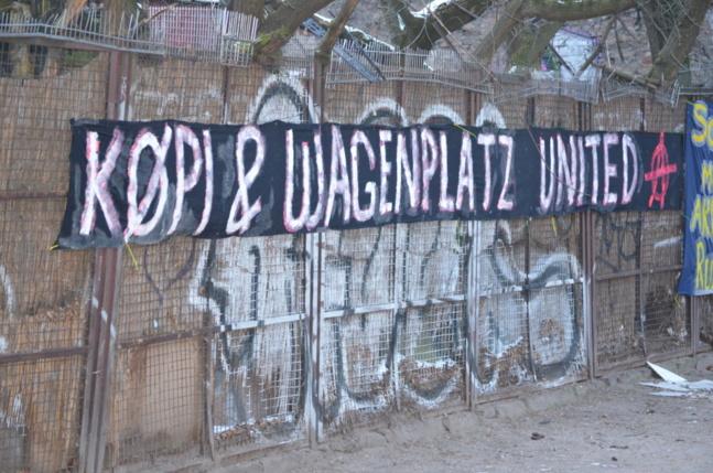 """Wagenplatz est le nom de la place sur laquelle certains occupants de Köpi habitent dans des camions et caravanes. La Commerzbank a proposé de ne racheter que cette place et de laisser le squat tranquille. Les activistes ont refusé, pour s'opposer à une stratégie de """"grignotage"""""""
