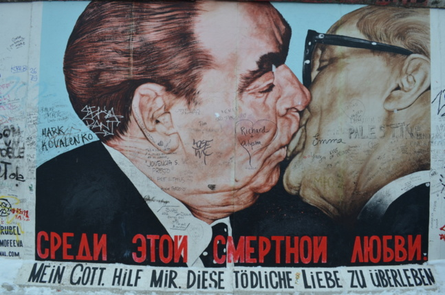 Le «baiser fraternel» entre Brejnev et Honecker - @Laurène Perrussel-Morin