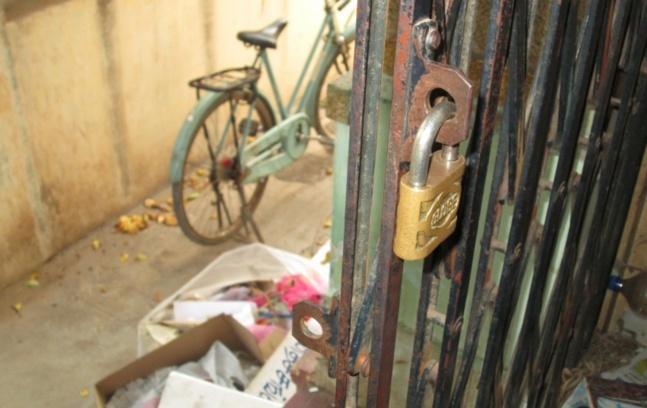 La porte d'entrée du Centre de réhabilitation des victimes de la torture en Inde, quelques jours avant sa fermeture / © Florence Carrot