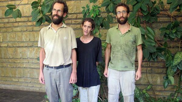 De gauche à droite: Tanguy Moulin-Fournier, son épouse Albane et son frère Moulin Gopril à leur arrivée à l'ambassade de France à Yaoundé. Photo : @Paulin Mballa pour Le Journal International.