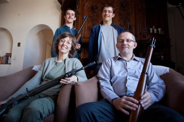 Les Walser sont d'excellents tireurs et s'entraînent deux fois par semaine. La mère est enseignante, le père, juge. Albert (16 ans, à gauche) est lycéen. Son frère, Emil (18 ans), vient d'intégrer l'école de recrues, première étape des obligations militaires. (Photos Serge Michel)