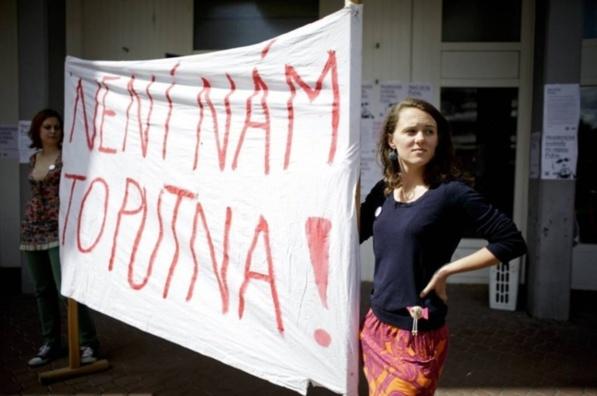 """Manifestation étudiante à Brno, mardi 21 mai, lors de la visite du président : """"ça nous intéresse !"""", expression reprenant """"Putna"""", le nom du professeur qui s'est vu refusé sa nomination par Milos Zeman. Crédits : Deník/Martin Divíšek"""