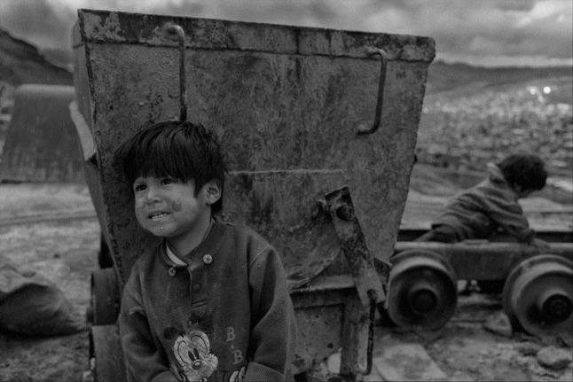 Frimousse d'enfant -  A Potosí, en Bolivie, deux enfants jouent à la sortie d'une mine artisanale où travaille leur famille.  Crédit Photo -- Ludovic Vauthier
