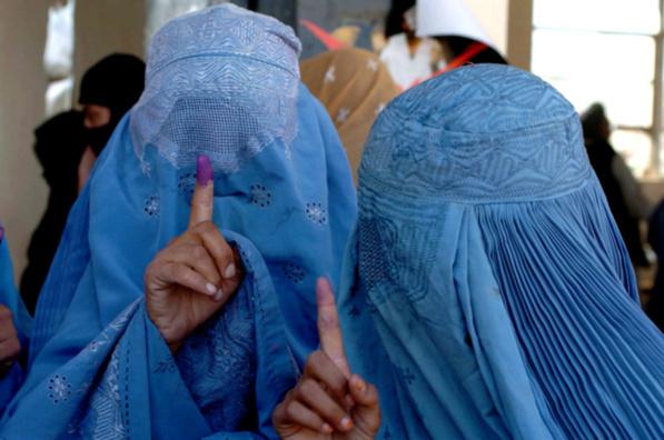 En Afganistán, un velo se posa sobre los derechos de las mujeres
