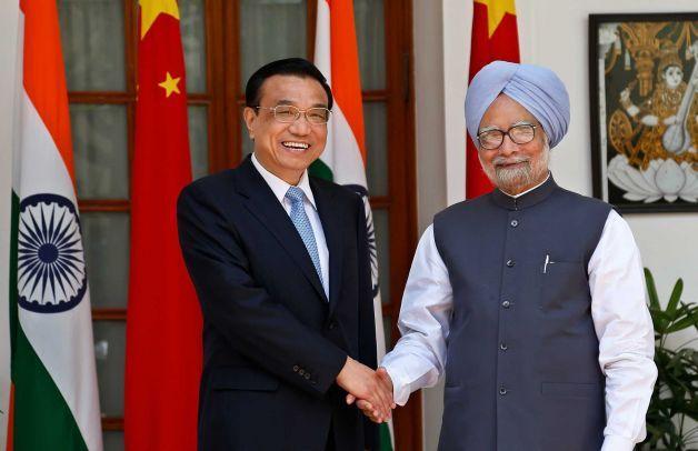 Le Premier ministre chinois, Li Keqiang (à gauche), et le Premier ministre indien, Manmohan Singh (à droite) à New Delhi en mai 2013. Crédit Photo -- Saurabh Das/Associated Press