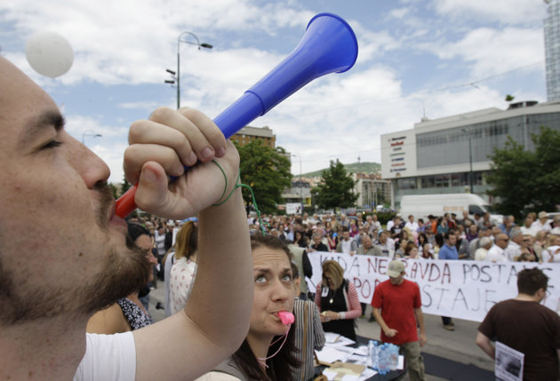 Manifestation devant le Parlement à Sarajevo / Crédits : Kenan Music / Occupykcjournal.com