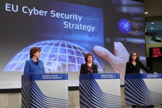 De gauche à droite : Neelie Kroes, commissaire européenne chargée du numérique, Catherine Ashton, haute représentante de l'Union pour les Affaires étrangères et la politique de sécurité, et Cecilia Malmström, commissaire européenne chargée des Affaires intérieures