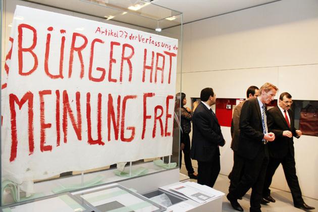 Sur l'affiche, on peut lire : « Article 27 de la constitution: Le citoyen à l'opinion libre »   Crédit Photo -- Yann Schreiber