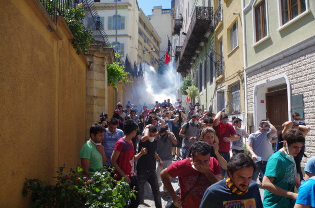 Demonstrators attempting to hide from tear gas ( via the street Istiklal) © Lou Bachelier-Degras