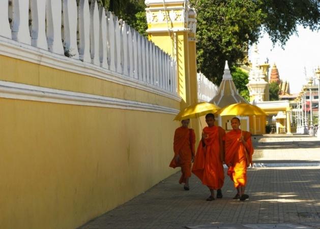 Moines dans les rues de Phnom Penh - Crédit Photo Audrey Sérandour