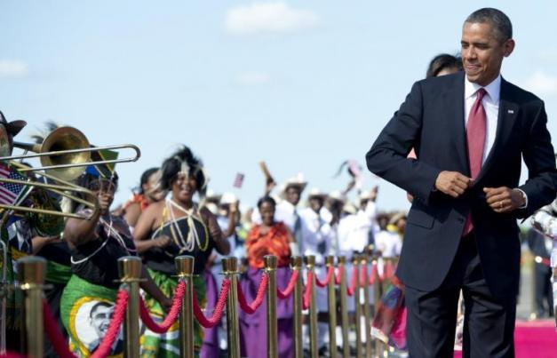 Barack Obama à son arrivée à l'aéroport de Dar Es Salaam en Tanzanie, le 1er juillet 2013 | Crédit photo -- AFP/Saul Loeb