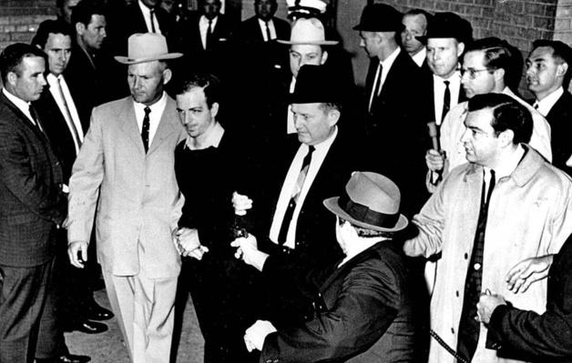 On Sunday Nov. 24, 1963, Lee Harvey Oswald   Crédit Photo -- Jack Beers / Dallas Morning/AP