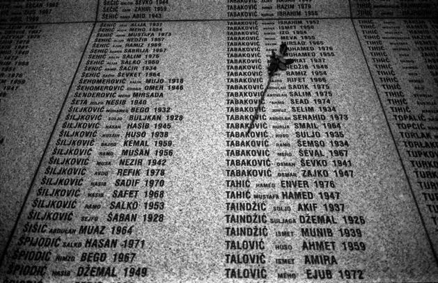 Victimes du massacre de Srebrenica – Mémorial de Potocari   Crédit Photo -- Damir Sagolj / Photographers Blog / Reuters