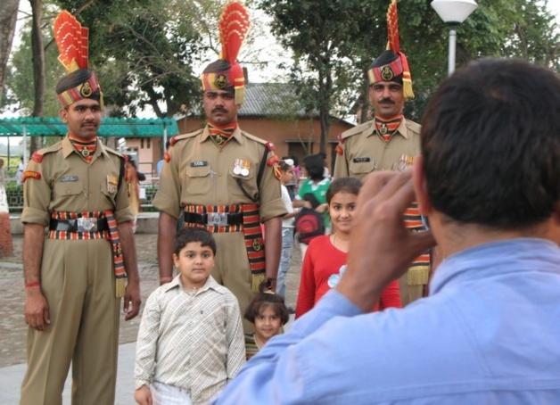 Touristes indiens se photographiant avec les soldats | Crédits photo -- Audrey Sérandour/Le Journal International