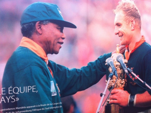 Nelson Mandela, alors président de l'Afrique du Sud, félicite les Springboks lors de leur victoire contre la Nouvelle-Zélande en 1995. L'équipe de rugby nationale fut longtemps considérée comme un symbole de l'apartheid. / Crédit Photo – Clara Wright | Le Journal International