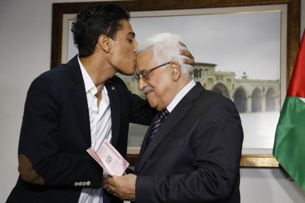 Mohamed Assaf embrasse le président Mahmoud Abbas | Crédit Photo – Mohamad Torokman / Sipa