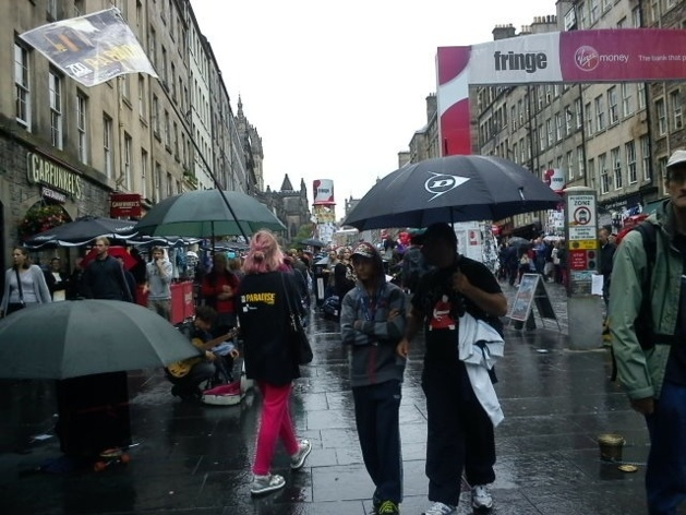 The Royal Mile in stereotypical Scottish weather | Credits : Katrin Heilmann/Le Journal International