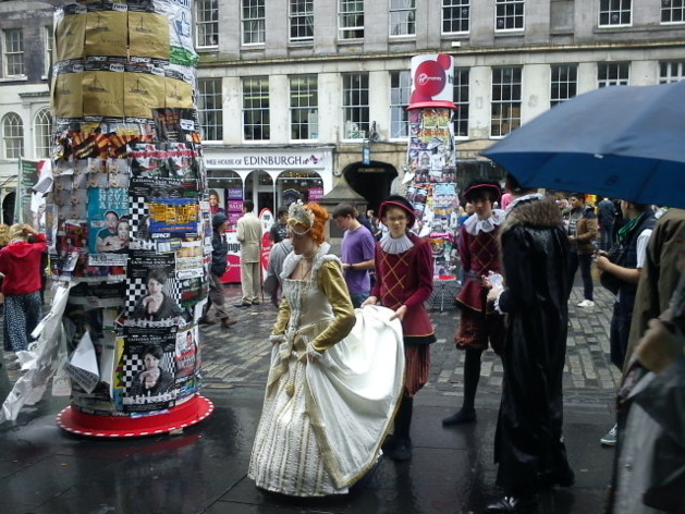Des artistes faisant la promotion de leur spectacle le long du Royal Mile | Crédits photo : Le Journal International