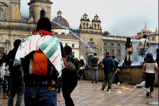 Así se veía la plaza de Bolívar durante enfrentamientos. Crédito Foto -- Tatiana Ramírez/Le Journal International