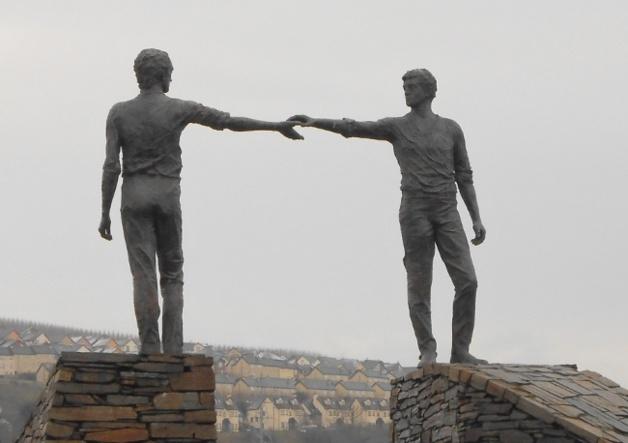 Statue nommée « Au delà les divisions » à Derry/Londonderry | Crédits photo -- Stéphanie Escudier