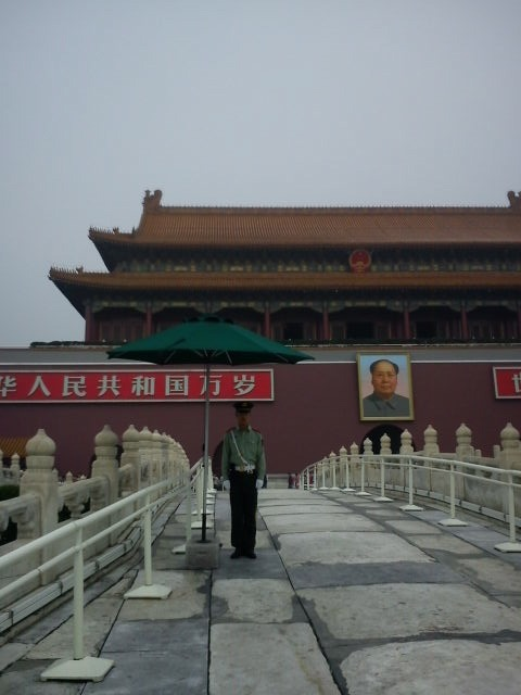 Officer guarding one of the entrances to the Forbidden City   Credits : Le Journal International