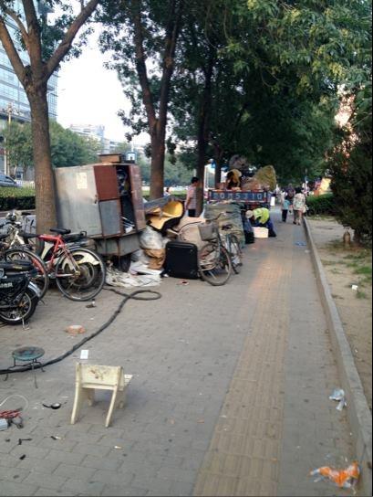 Une rue près de la station de métro Wudaokou | Crédits photo : Rachel Varney