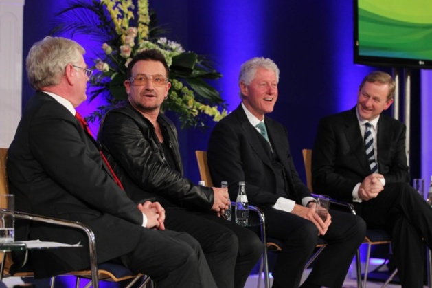 Eamon Gilmore, Bono, Bill Clinton et Enda Kenny en 2011 | Crédits photo -- Maxwell Photography