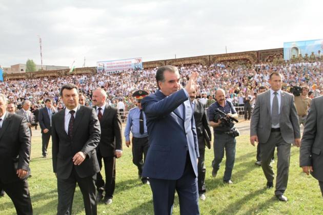 Le président Emomalii Rahmon, lors d'un meeting à Isfara en juin 2012 | Crédit photo -- Jadamoti Matbouyot / Хадамоти матбуот / Flickr