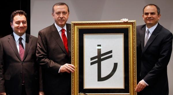 Recep Tayyip Erdogan, entouré du vice-Premier ministre Ali Babacan et du gouverneur de la Banque centrale Erdem Basci, présente le symbole de la monnaie turque, le 1er mars 2012 | Crédit Photo -- Umit Bektas/Reuters