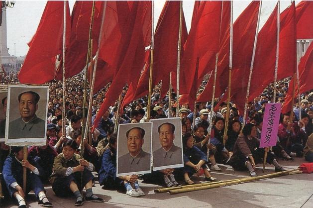 Manifestation d'étudiants sur la place Tian'anmen lors de la révolution culturelle en 1966 | Crédit photo --- DR