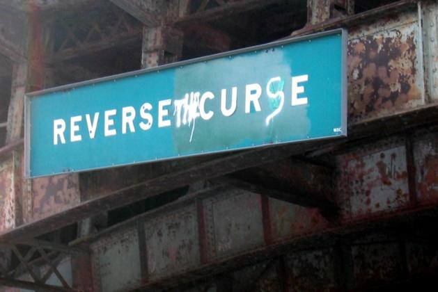 En 2004, un individu a vandalisé un panneau («Reverse Curve ») pour écrire « Reverse the Curse » (Renversez la malédiction). | Crédits photo -- wallyg