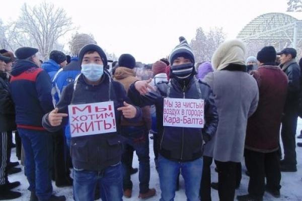Protestations à Kara Balta au Kirghizstan contre les polutions engendrées par la nouvelle raffinerie chinoise. Crédit : AkiPress