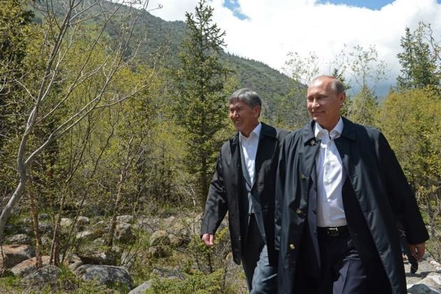 Le président du Kirghizstan A. Atambaiev et son homologue russe V. Poutine. Crédit : eurasianet.org