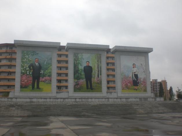 Kim Il Sung, Kim Jung Il et Kim Il Suk, portraits en mosaïque. Crédit Justine Jankowski