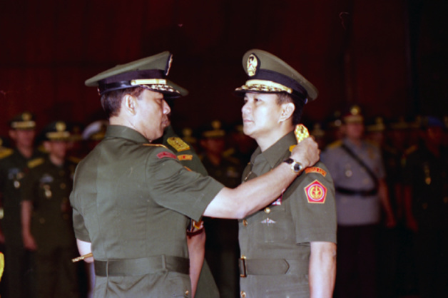 General Wiranto, Commander-in-Chief of the Indonesian army, takes away the stripes of Lieutenant-General Prabowo on May 23rd 1998. Credit : thejakartapost.com