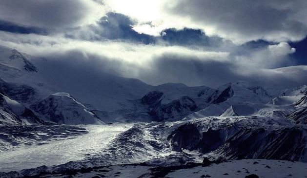 Le pic Lénine est l'un des cinq « pics des léopards des neiges » de l'ancienne Union soviétique culminant à plus de 7000m. Crédit : Jost Kobusch